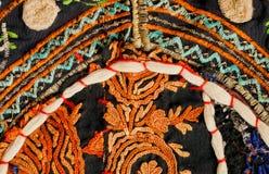 老手工制造毯子的片段从印度的 在补缀品葡萄酒backround的花卉被仿造的刺绣  免版税库存图片