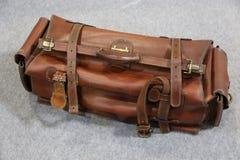 老手提箱-一个老减速火箭被称呼的手提箱 免版税库存图片