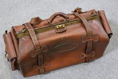 老手提箱-一个老减速火箭被称呼的手提箱 图库摄影