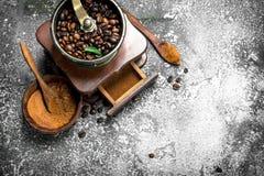 老手研磨机用咖啡豆 免版税库存照片