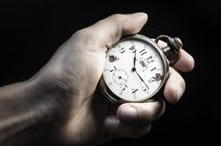 老手表在手中 库存图片