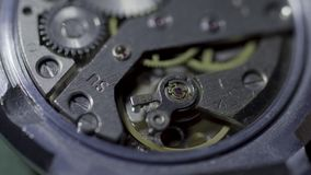 老手表机制宏指令圈 葡萄酒机制工作,特写镜头射击了与软的焦点 抽象背景时钟构成结构 葡萄酒手表 股票视频