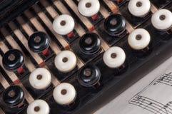 老手风琴和笔记的钥匙 免版税库存照片