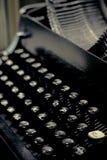 老打字机关键字关闭与减速火箭的颜色的选择聚焦 免版税图库摄影