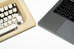 老打字机和新的膝上型计算机 库存照片