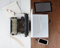 老打字机和计算机 免版税库存图片