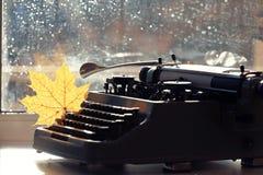 老打字机概念秋天 免版税库存照片