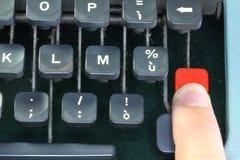 老打字机的键盘有一个人的手指的 免版税库存照片