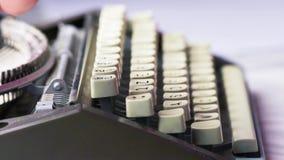 老打字机键入 男性手使用的葡萄酒打字机看从边,使用啄钥匙的仅食指 影视素材