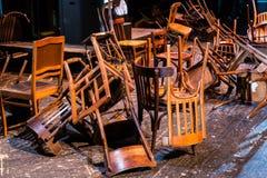 老打破的家具 堆对椅子的木残骸 逆旋风 免版税库存照片