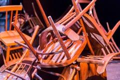 老打破的家具 堆对椅子的木残骸 逆旋风 图库摄影