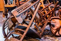 老打破的家具 堆对椅子的木残骸 逆旋风 免版税图库摄影