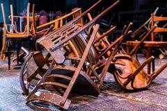 老打破的家具 堆对椅子的木残骸 逆旋风 库存图片