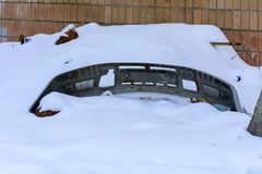 老打破的汽车防撞器在被放弃的冬天 图库摄影