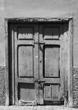 老打破的被闩上的被关闭的门在一个被放弃的房子里 库存图片