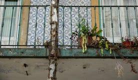 老打破的门面专栏和阳台 库存图片