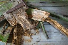 老打破的木委员会老堆有老钉子的 免版税库存图片