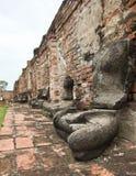 老打破的菩萨雕象在阿尤特拉利夫雷斯坐集合 免版税库存图片