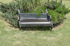 老打破的长凳 免版税库存照片