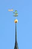 老托马斯,在塔林城镇厅尖顶的一个风向  库存照片
