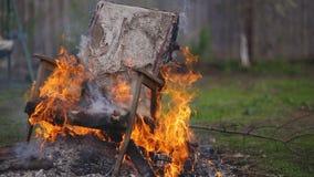 老扶手椅子着火 影视素材