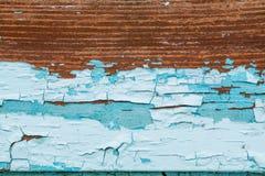 老抽象五颜六色的生锈的背景 剥落和崩裂在木纹理的蓝色油漆 图库摄影