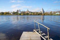 老拉多加堡垒的看法从正确的河岸Volkhov的10月下午 冬天 图库摄影
