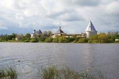 老拉多加堡垒的看法从Volkhov河的右岸的,云彩天 列宁格勒地区,俄罗斯 库存照片