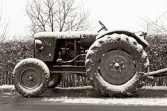 老拖拉机冬天 库存图片