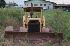 老拖拉机和塌落 免版税库存图片