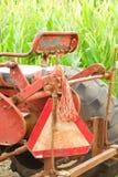 老拖拉机和玉米 免版税库存照片