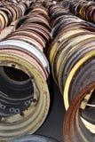 老拖拉机和葡萄酒机械钢轮子和外缘在领域找到的行 免版税库存照片