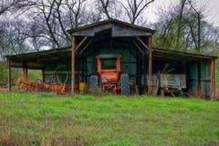 老拖拉机在老谷仓 免版税库存图片