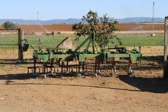 老拖拉机犁耙在草甸 免版税库存图片