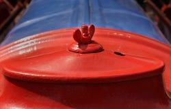 老拖拉机用内燃机的红色盖子 免版税库存图片