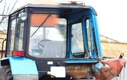 老拖拉机的客舱在修理前和在工作以后 库存图片