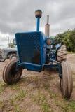 老拖拉机种田 免版税库存照片