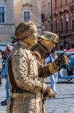 老拖曳正方形的街道艺术家在布拉格 库存图片