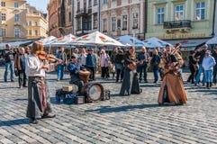 老拖曳正方形的街道艺术家在布拉格 免版税库存图片