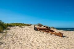 老拖车在海滩区域,波罗的海, Krynica Morska,波兰 免版税库存图片