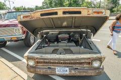 老拾起在车展以为特色的卡车 图库摄影