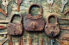 老挂锁和钥匙在木背景从上面 库存照片
