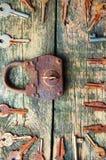 老挂锁和钥匙在木背景从上面 免版税库存照片
