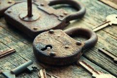 老挂锁和钥匙在木背景 图库摄影