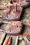 老挂锁和钥匙在木背景 免版税库存照片