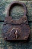 老挂锁和钥匙在木背景 库存照片
