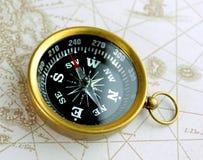 老指南针和地图 免版税库存图片