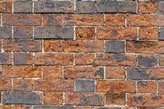 老挖坑的和被风化的红砖墙壁 库存图片