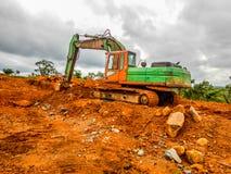 老挖掘机 穿戴产业在利比里亚 免版税库存图片