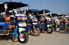 老挝人马达队列三轮车 库存图片